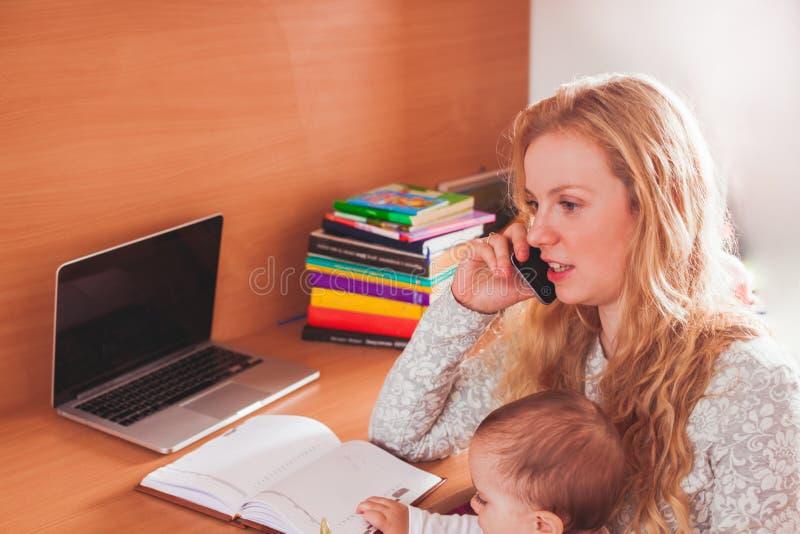 Mamã trabalhada autônomo com bebê imagens de stock royalty free