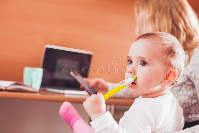 Mamã trabalhada com bebê imagens de stock