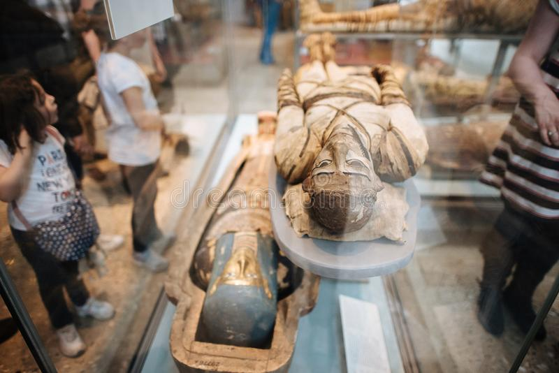 Mamãs e sarcófago no museu britânico em Londres foto de stock
