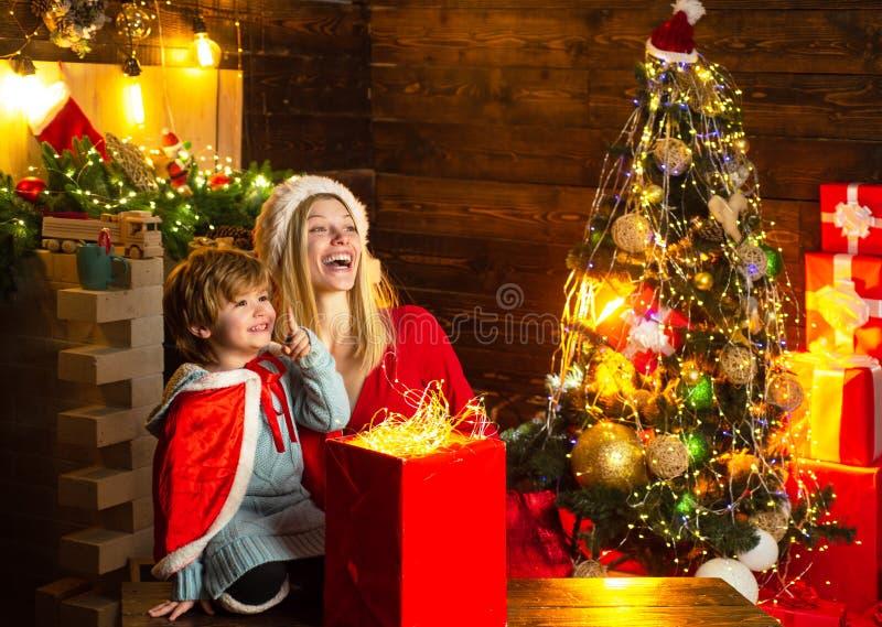 A mam? e a crian?a jogam junto a Noite de Natal Feriado da fam?lia Fam?lia feliz Meu caro bebê Santa Menino da mãe e da criança p imagens de stock royalty free