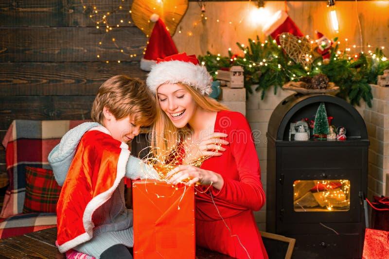 A mam? e a crian?a jogam junto a Noite de Natal Meu caro bebê Santa Família amigável adorável do menino da mãe e da criança peque imagem de stock royalty free