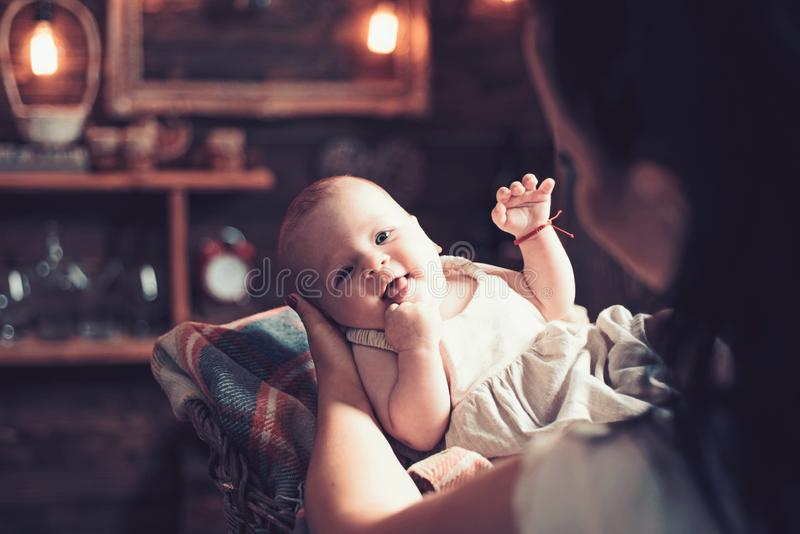 Mam? es hora para una rotura Peque?a muchacha con la cara linda parenting Peque?o beb? dulce Nuevo nacimiento de la vida y del be fotos de archivo
