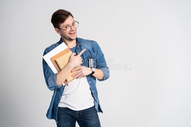 Mam genialnego pomysł Kaukaski rozochocony mężczyzna, podwyżka palec wskazujący, intrygującego plan odizolowywającego nad bielem zdjęcia stock