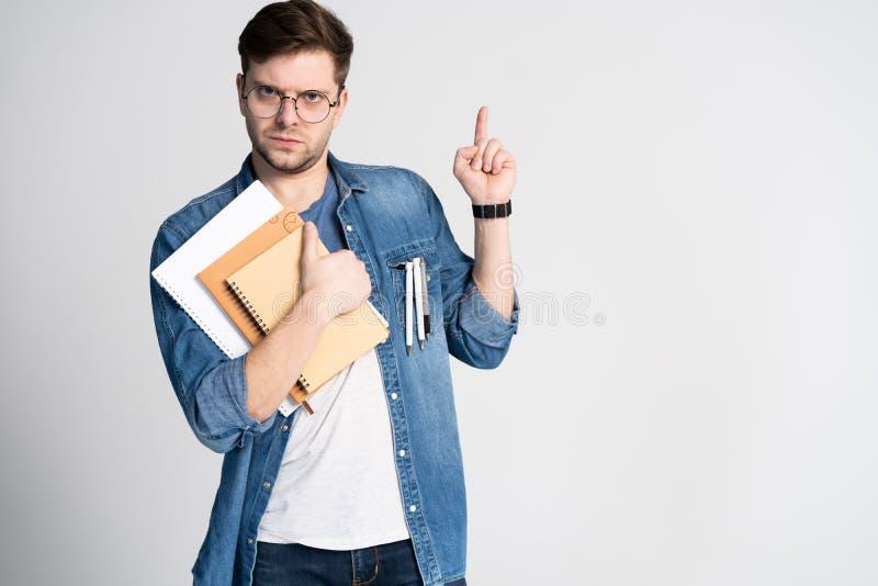 Mam genialnego pomysł Kaukaski rozochocony mężczyzna, podwyżka palec wskazujący, intrygującego plan odizolowywającego nad bielem zdjęcia royalty free