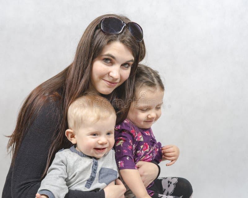 MAM med ungar fotografering för bildbyråer