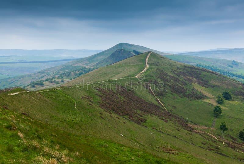 Mam Tor Derbyshire England med stormig himmel arkivfoton