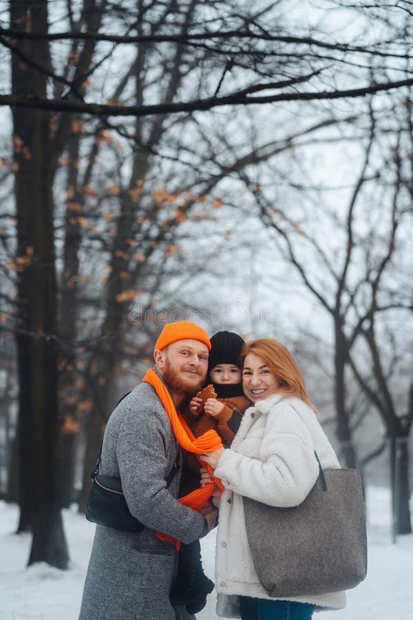 Mam? y beb? del pap? en el parque en invierno fotografía de archivo