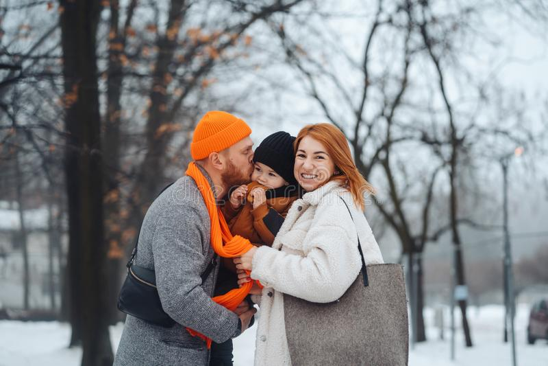 Mam? y beb? del pap? en el parque en invierno fotografía de archivo libre de regalías