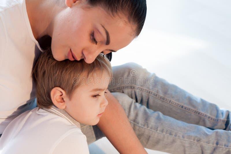 Mama ściska jej syna smucenia miłości zdjęcie stock
