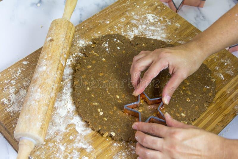 Mama die Kerstmiskoekjes voor Kerstman maken royalty-vrije stock afbeelding