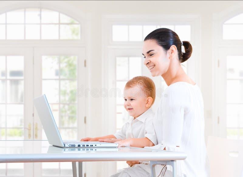mama do laptopa dziecka fotografia stock
