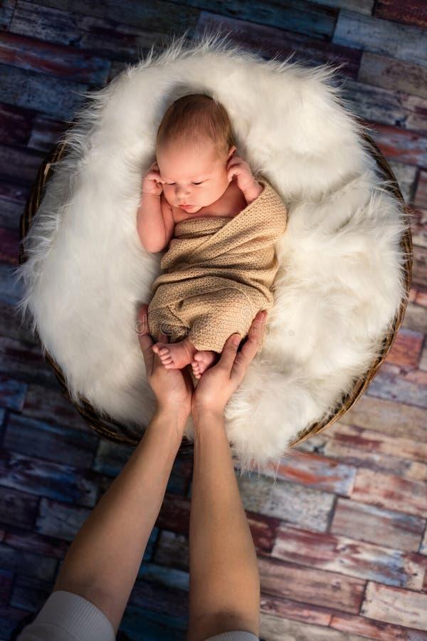 Mama dotyka mały nowonarodzony dzieciak obrazy stock