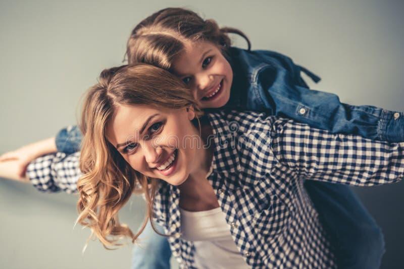 Mama e hija fotos de archivo