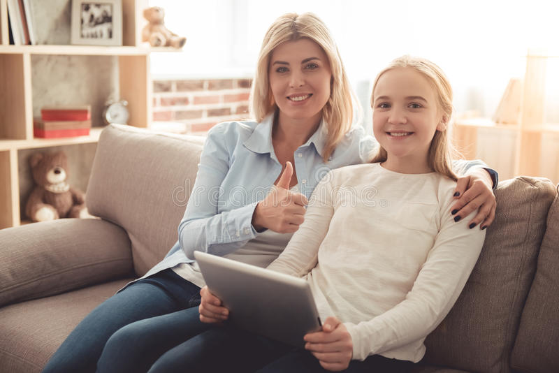 Mama e hija adolescente imagenes de archivo
