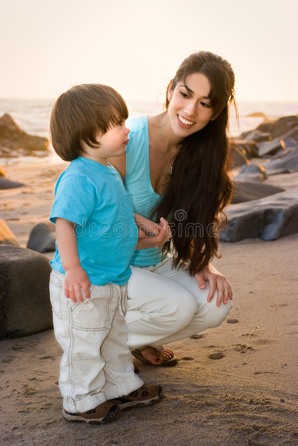Mama e hijo en la playa 1 foto de archivo libre de regalías