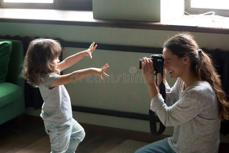 Mama fotograf robi fotografii dzieciak córka na cyfrowej kamerze zdjęcie stock