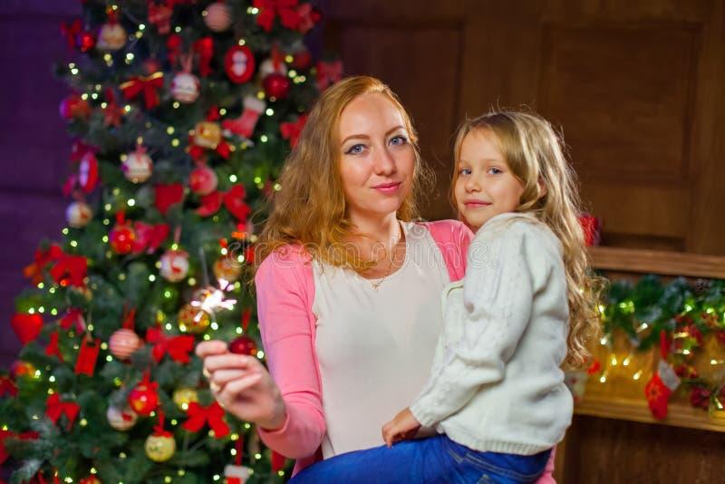 Mama i córka ma zabawę przy nowego roku ` s świętowaniem, trzyma obrazy royalty free
