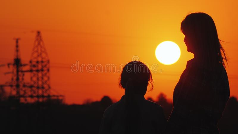 Mama i córka oglądamy zmierzch nad miastowym horyzontem obrazy royalty free