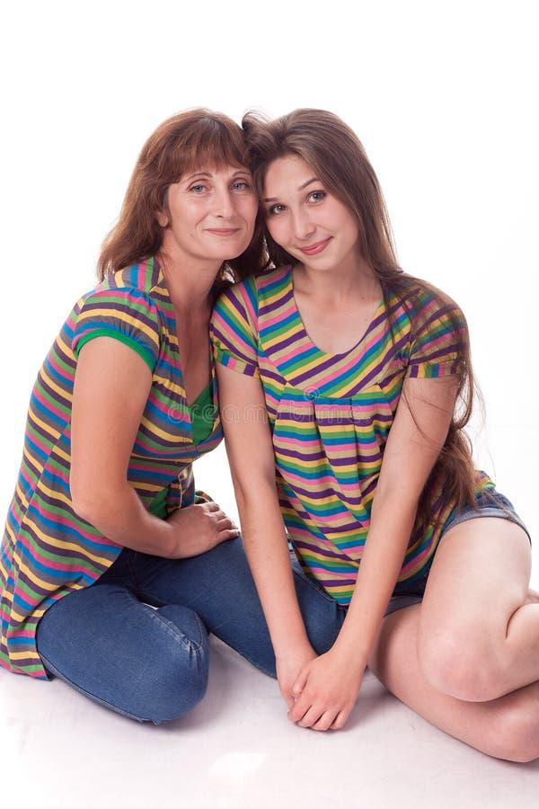 Mama i córka siedzimy w uścisku Rodzinna fotografia różne emocje zdjęcia royalty free