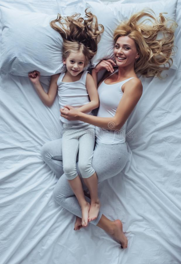 Mama i córka w domu obraz royalty free