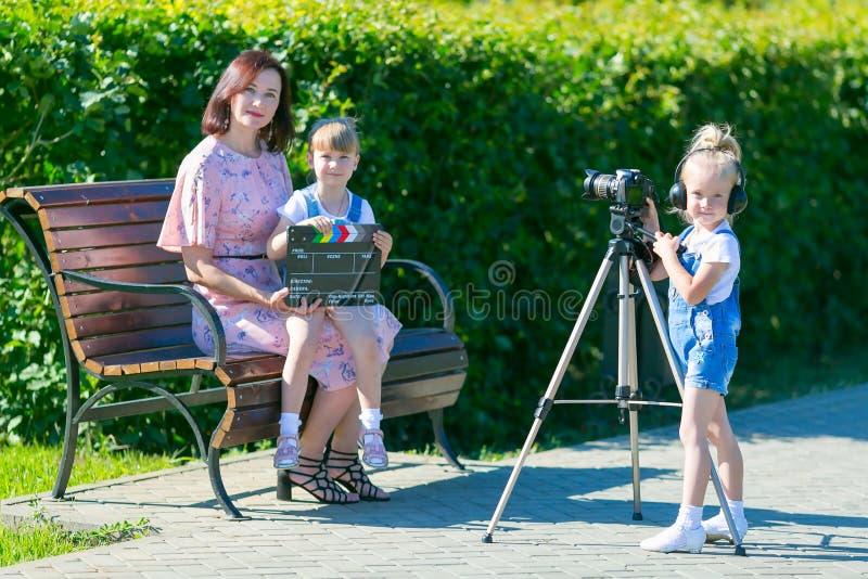 Mama i córka w ekranizacji wideo zdjęcia royalty free