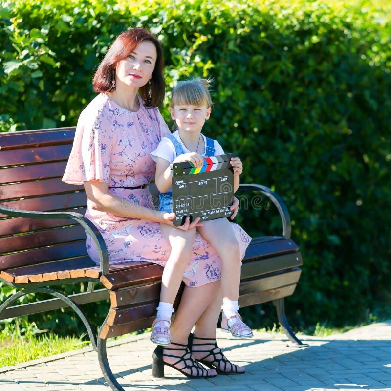 Mama i córka w ekranizacji wideo zdjęcie stock