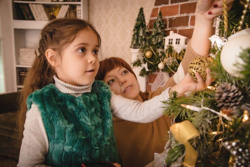 Mama i córka w pokoju dekorowaliśmy dla bożych narodzeń Kochająca rodzina indoors zdjęcie royalty free