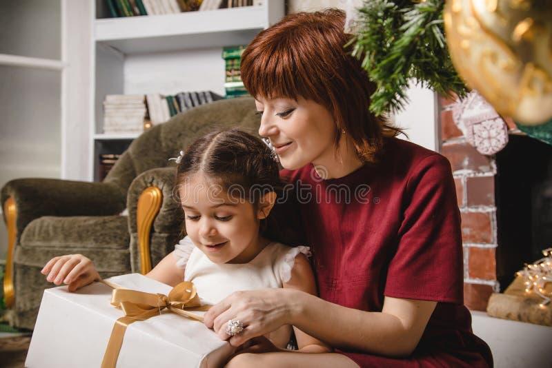 Mama i córka w pokoju dekorowaliśmy dla bożych narodzeń Kochająca rodzina indoors obraz royalty free