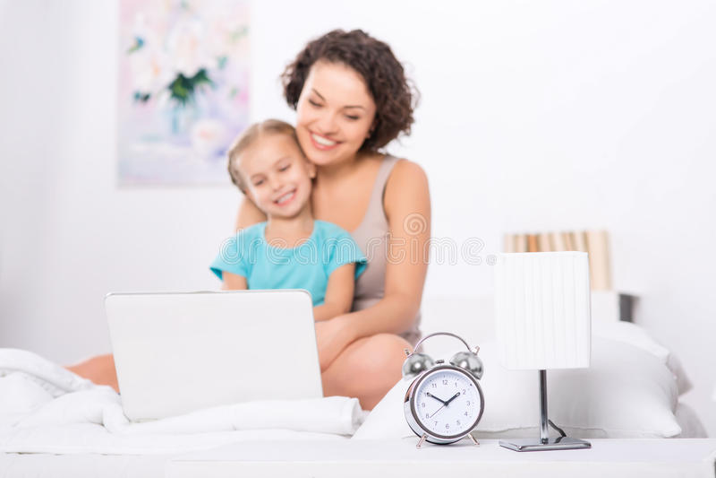 Mama i córka w sypialni z laptopem zdjęcie royalty free