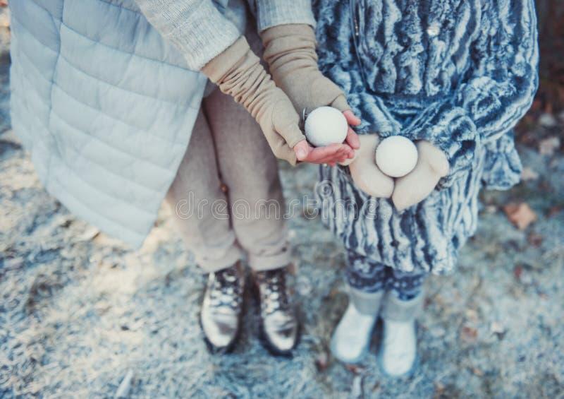 Mama i córka w zima parka mienia bożych narodzeń zabawkach Ubierają w pastelu barwiącym odziewają zdjęcia royalty free