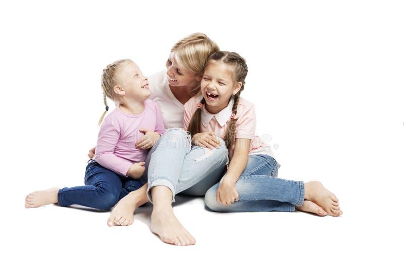 Mama i córki siedzą i się śmieją Miłość i czułość Izolowany na białym tle fotografia stock