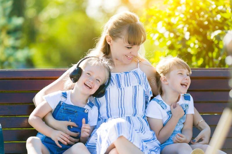 Mama i dwa małej córki siedzimy śmiać się zdjęcie royalty free