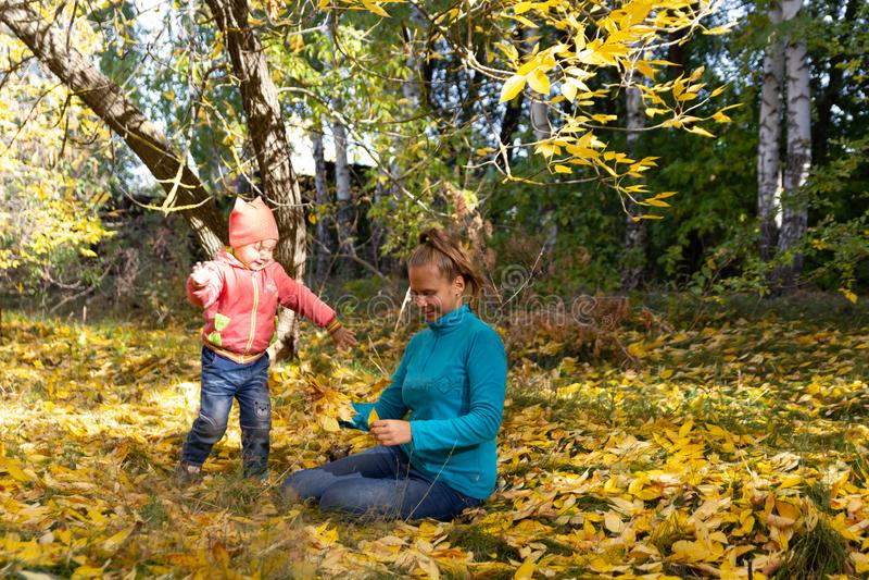 Mama i dziecko w parku na tle jesieni ulistnienie obrazy royalty free