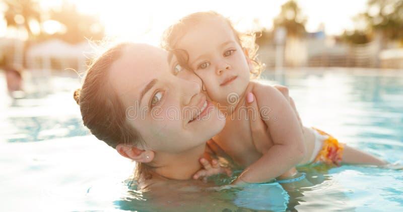 Mama i mała córka bawić się w otwartym basenie Rodzina z jeden dzieckiem na wakacje w ciepłych krajach Pozytywni ludzie fotografia stock