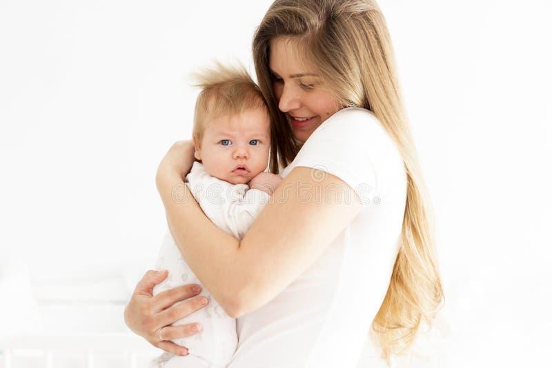 Mama i nowonarodzony syn w ona ręki Pojęcie nowy życie, miłość i bezradność, obraz stock