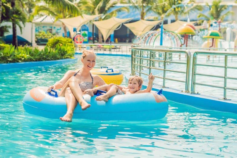 Mama i syn zabawę przy wodnym parkiem fotografia royalty free