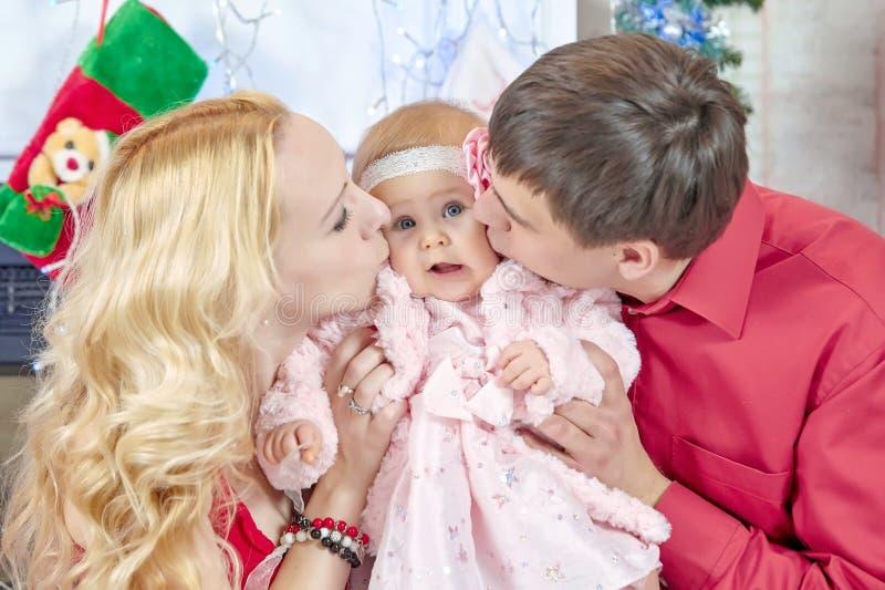 Mama i tata całujemy jego córki zdjęcia stock