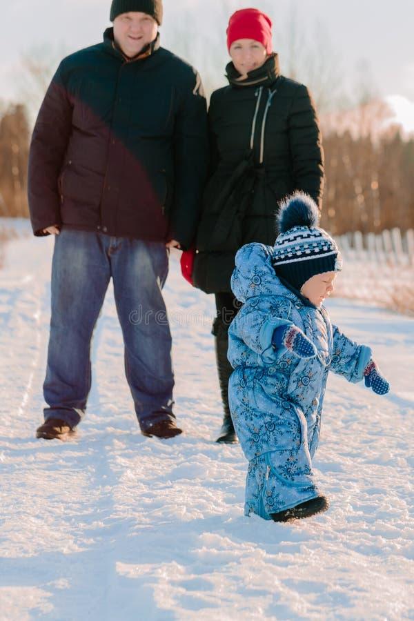 Mama i tata stoimy patrzejący jego dziecka spaceruje blisko obrazy stock