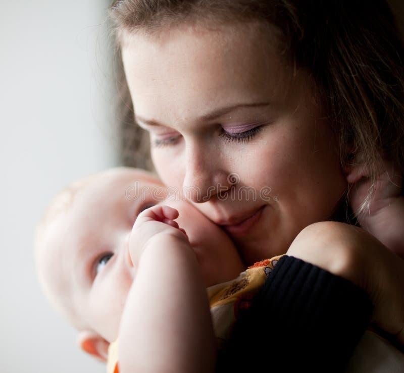 Mama küßt kleinen Sohn. lizenzfreie stockfotos