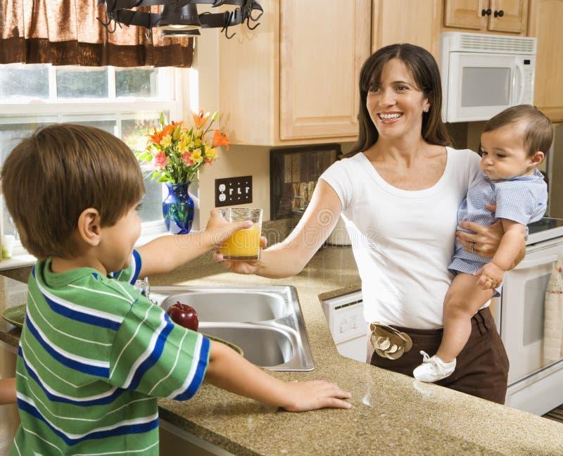 mama kochanie kuchni zdjęcie stock