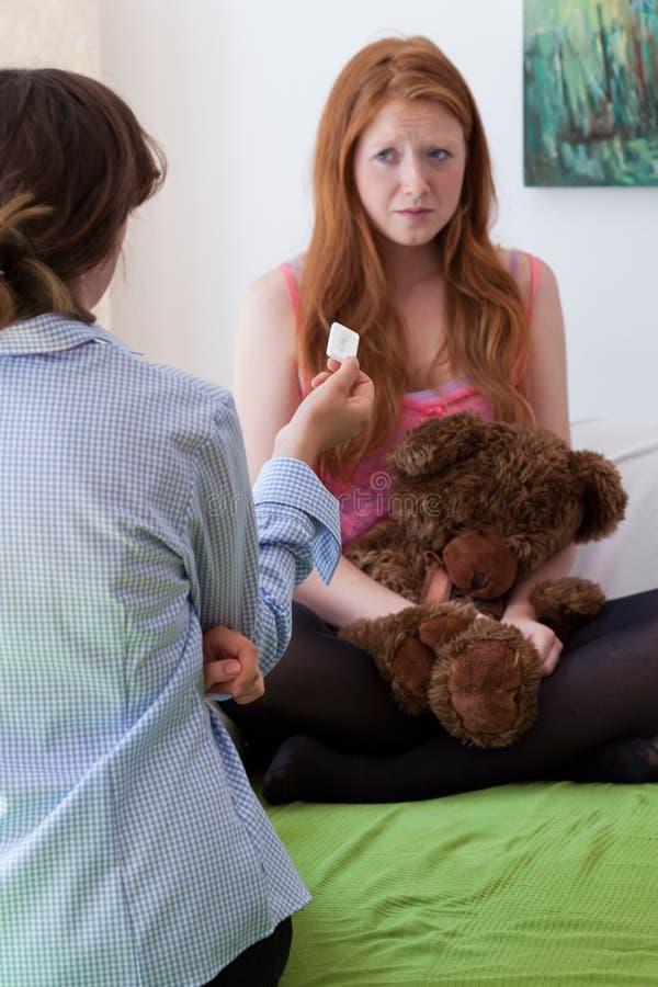 Mama mówi córki robić ciążowemu testowi obraz royalty free