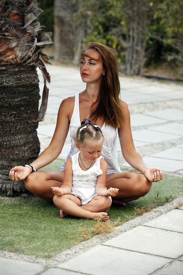Mama mit einer kleinen Tochter lizenzfreie stockfotografie