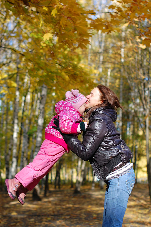 Mama mit einer Tochter glücklich stockfotografie
