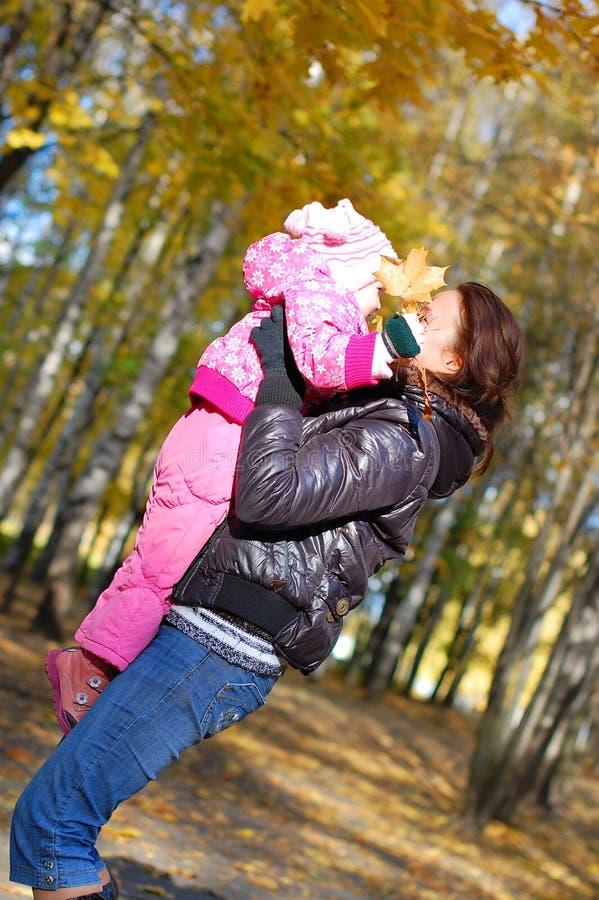 Mama mit einer Tochter im Herbst stockbilder