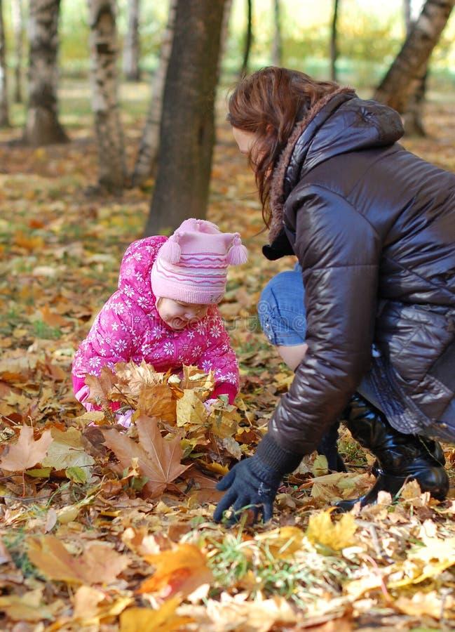 Mama mit einer Tochter im Herbstpark stockfoto