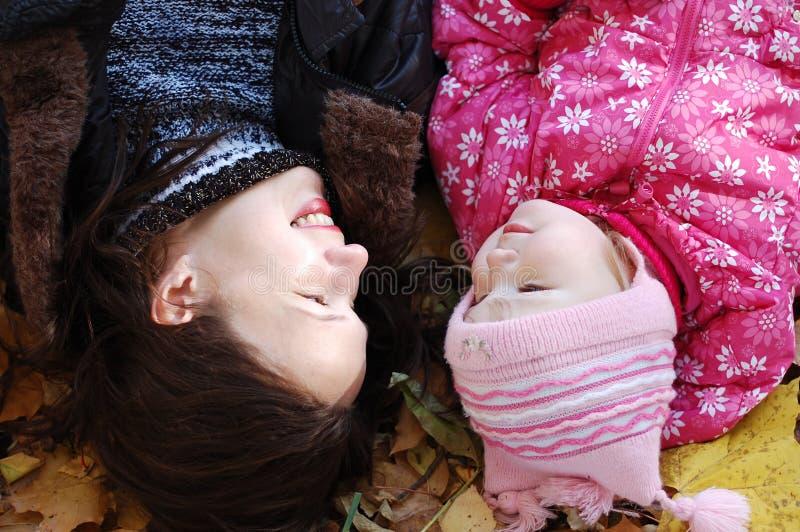 Mama mit einer Tochter im Herbstpark stockfotos