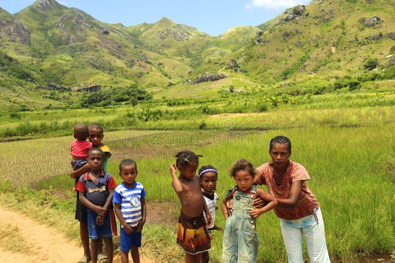 Mama mit Kindern in Afrika, Madagaskar lizenzfreies stockfoto