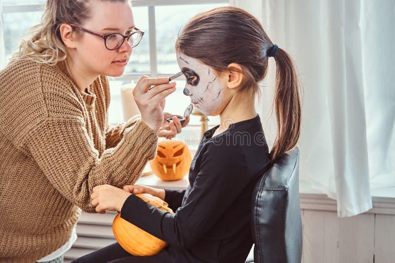 Mama obrazu córki twarz dla Halloween przyjęcia fotografia stock