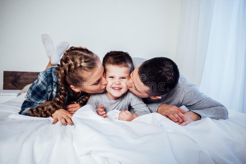Mexikanische Mama Und Sohn Teilen Bett
