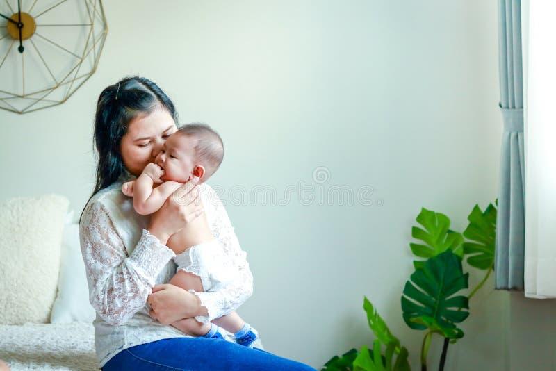Mama przytula słodkiego syna zdjęcie stock
